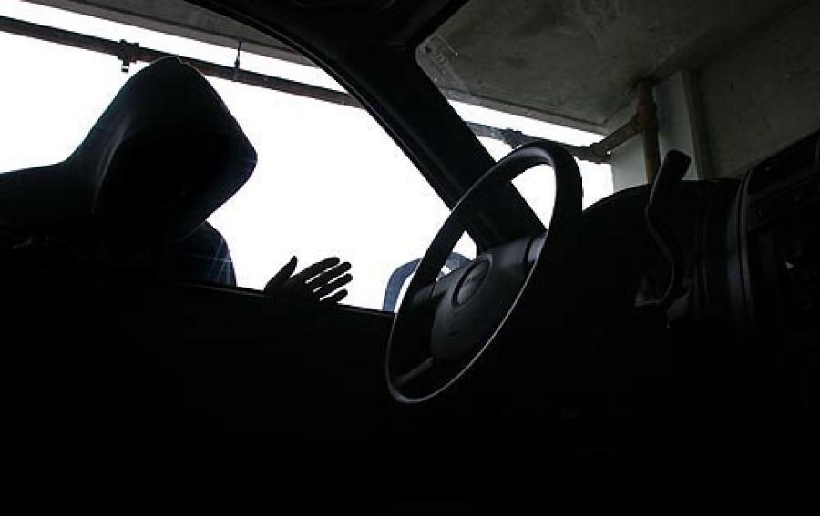 Молодые люди отобрали у водителя дорогую машину с применением силы