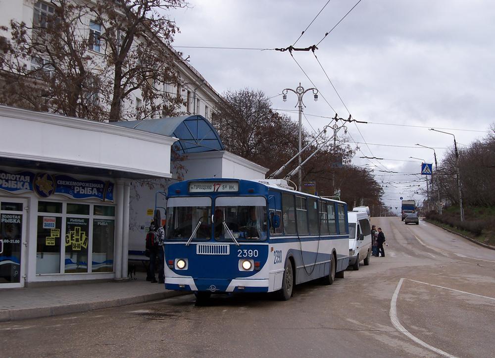 В результате столкновения троллейбуса со столбом пострадали три человека