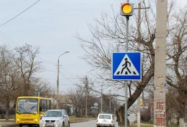 В Евпатории возле школ установили мигающие светофоры