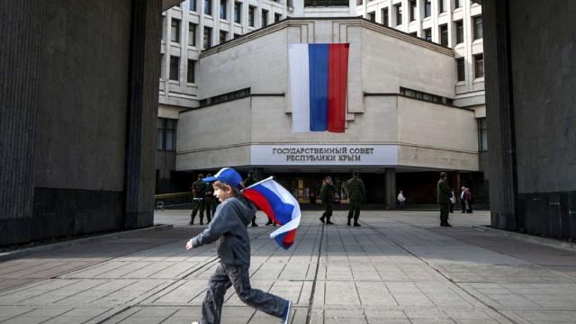 На здании Госсовета Крыма появятся надписи на украинском и крымскотатарском языке