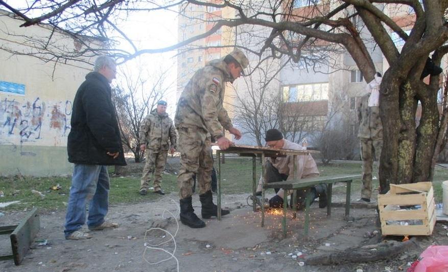В Крыму ополченцы снесли скамейки возле детского сада