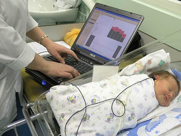 У новорожденных в Крыму будут обязательно проверять слух