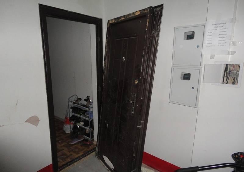 Феодосийские пожарные возместили пенсионерке выбитую дверь