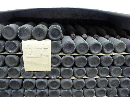 Жители Симферополя незаконно сбывали коллекционное вино