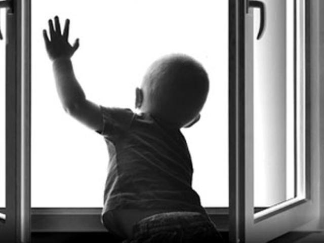 Из-за недосмотра матери с пятого этажа выпал двухлетний малыш