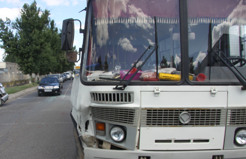 Под Алуштой автобус столкнулся с троллейбусом