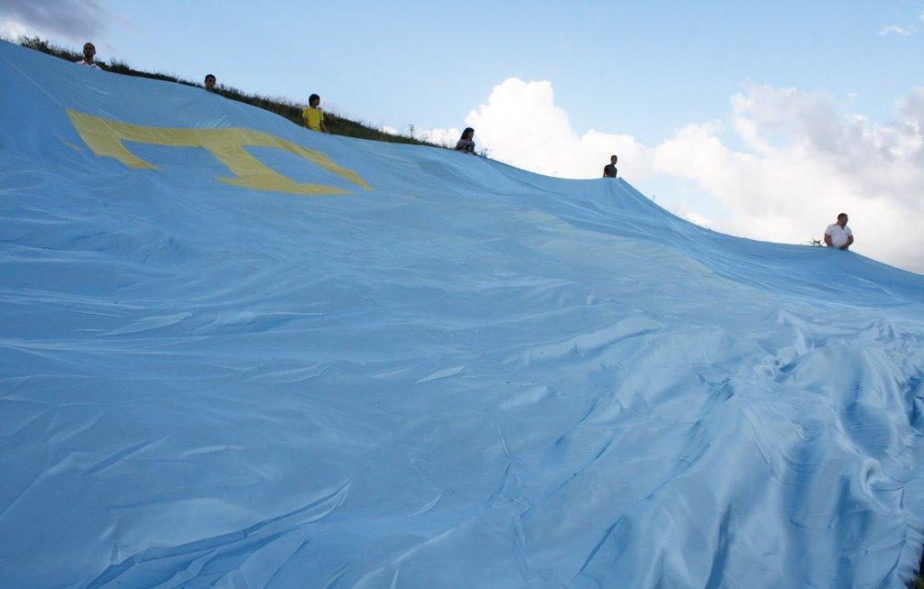 В Крыму в небе развернут самый большой крымскотатарский флаг