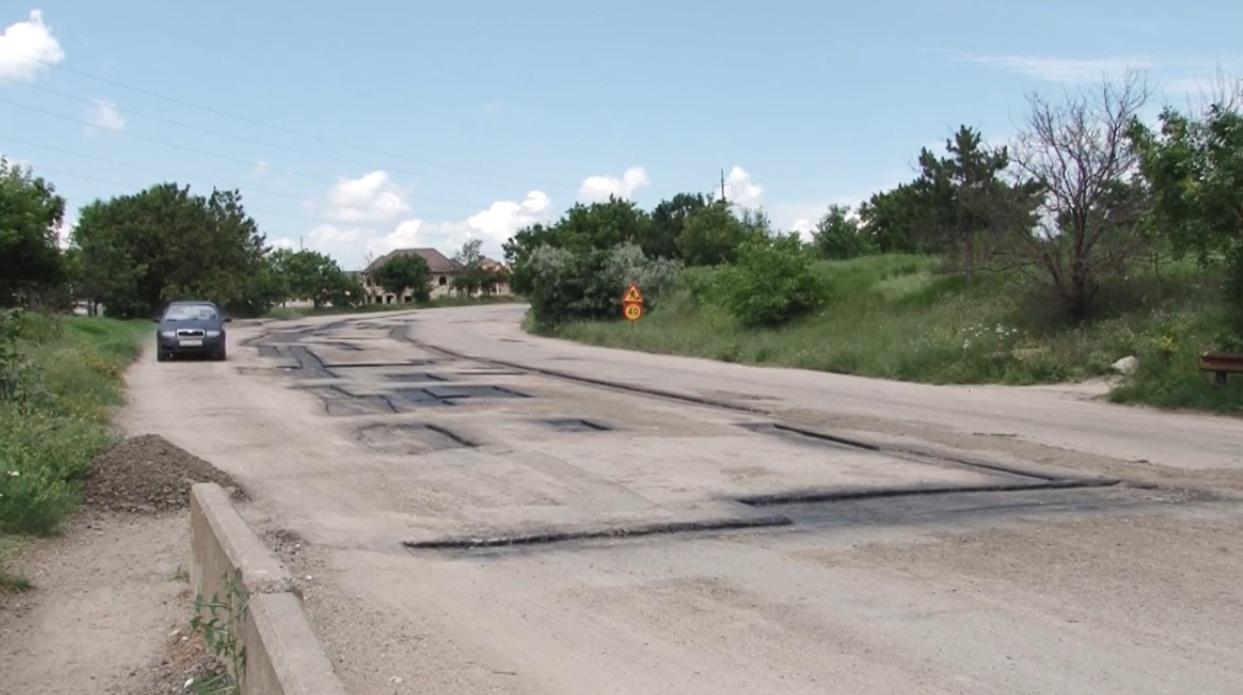 В Симферополе будут бороться с ямами на дорогах с помощью дорожной карты
