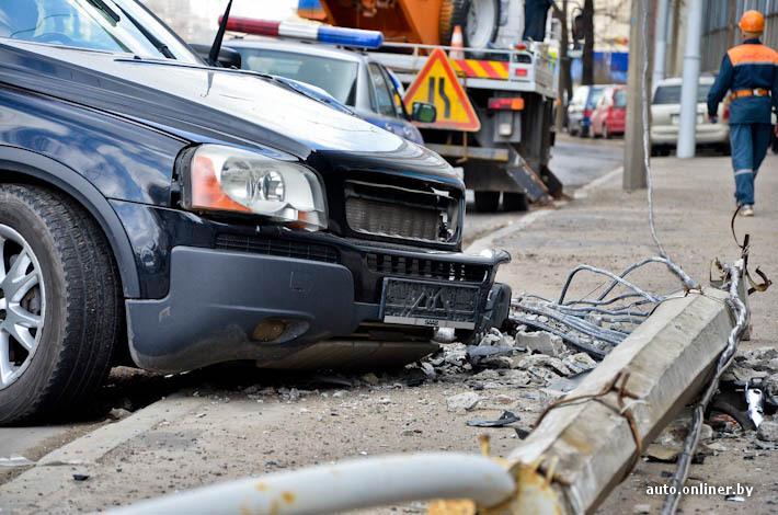 В Севастополе автомобиль врезался в столб: есть пострадавшие