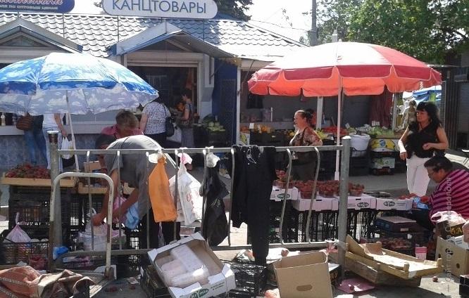 Торговцы с нелегального рынка в Симферополе не хотят переходить на другие места