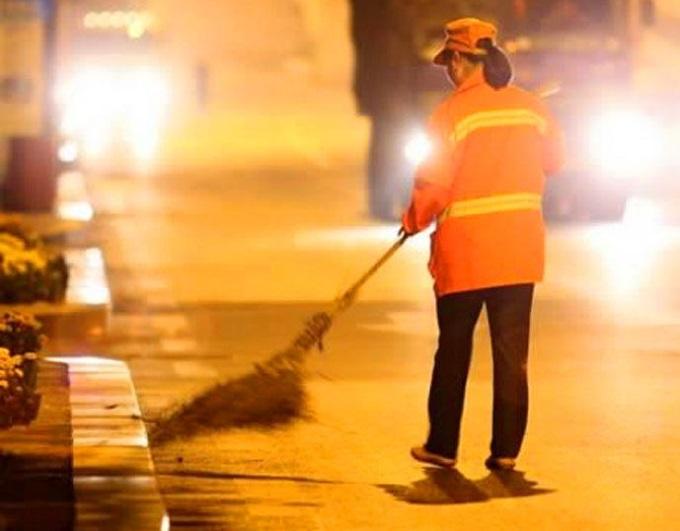 В Алуште не хватает дворников для уборки мусора
