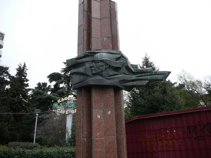 В Ялте завершили реставрацию стелы в сквере «Комсомолец»