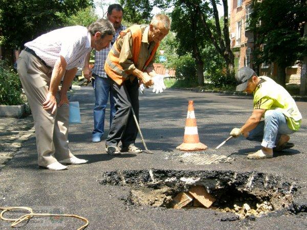 В Симферополе укладка асфальта закончилась образованием провала на дороге