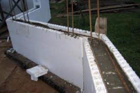Загородный дом, возведенный из монолитного бетона