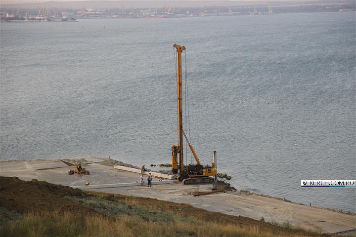 На месте будущего Керченского моста испытывают грунт на прочность