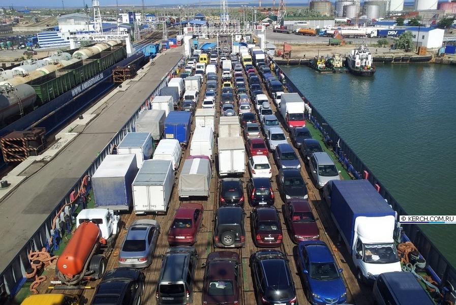 Транспортный коллапс на Керченской переправе: автотранспорт заполонил город