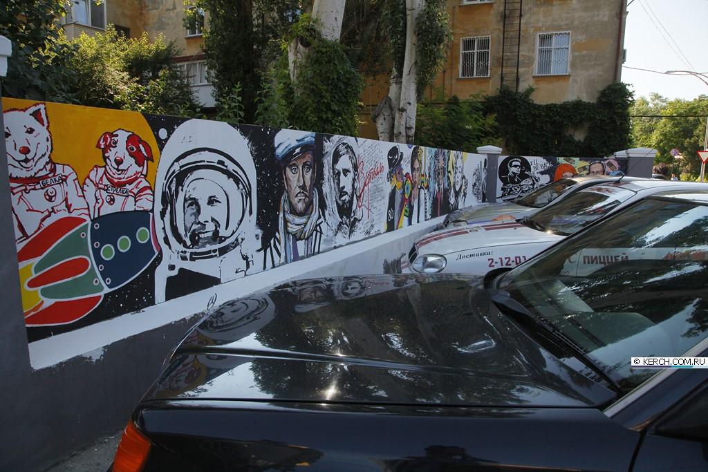 В Керчи художница продолжает облагораживать городские стены