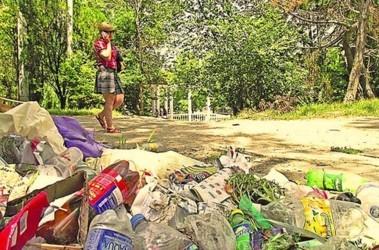 Директор симферопольских парков принимает личное участие в уборке мусора