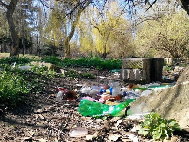 В Симферополе волонтеры очистили Гагаринский парк от мусора