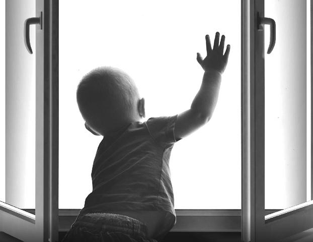 В Севастополе из-за недосмотра отца с пятого этажа выпал годовалый ребенок