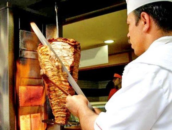 На симферопольском рынке закрыли закусочную, кормившую посетителей опасной шаурмой