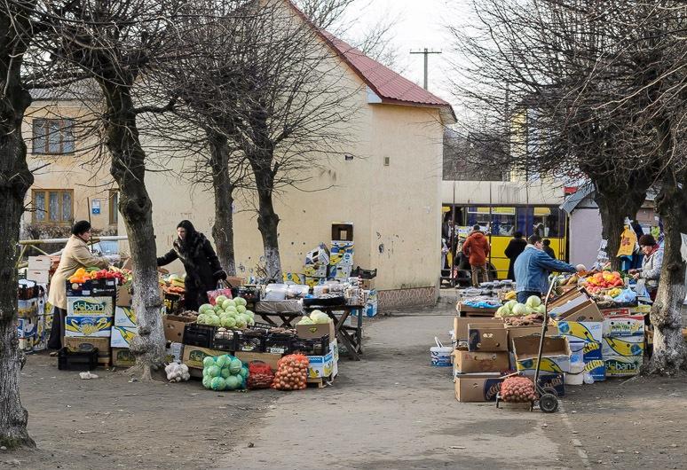 В Симферополе начали штрафовать нелегальных торговцев