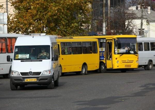 В Керчи маршрутку подрезал легковой автомобиль: есть пострадавшие
