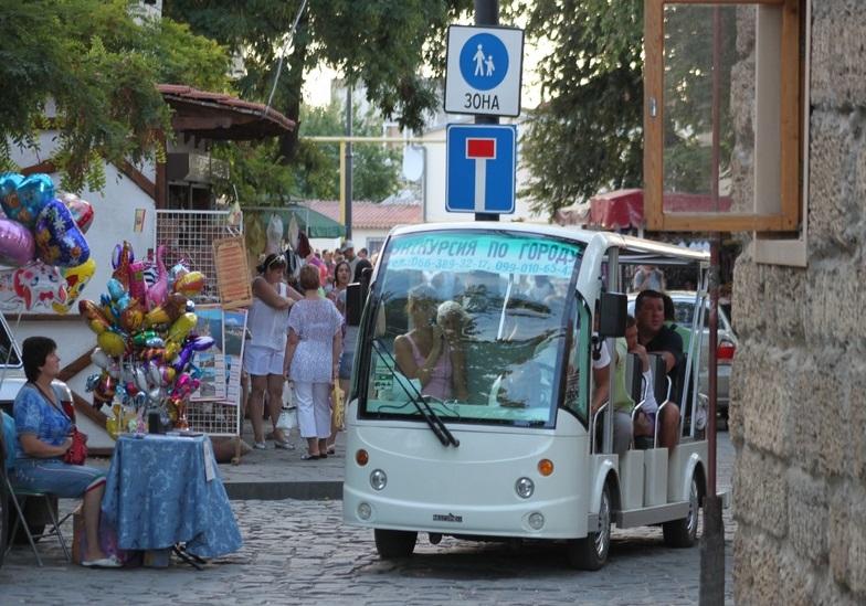Евпаторийские электромобили готовы возить туристов, которых нет