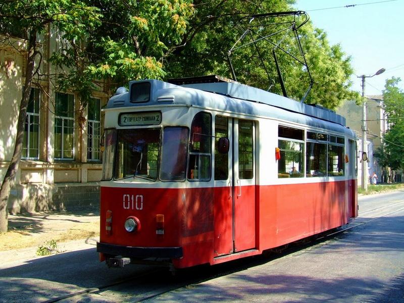 В Евпатории припаркованный транспорт мешает свободному проезду трамваев