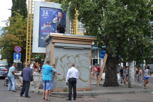 В Ялте коммунальщики рапортуют о завершении сноса незаконных торговых объектов