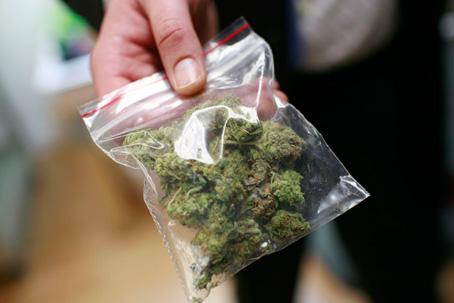 Житель Ялты хранил наркотики прямо на лестничной клетке в многоквартирном доме