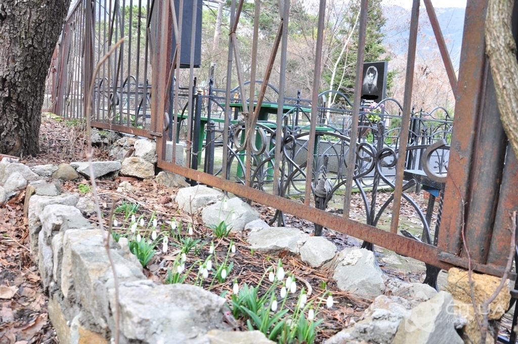 Крымчанам не разрешают занимать места на кладбище рядом с родственниками