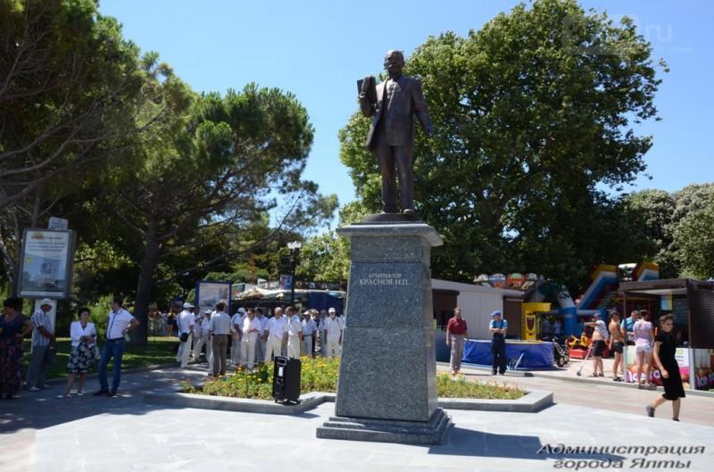 В Ялте не могут решить, кто же ломает памятник Краснову