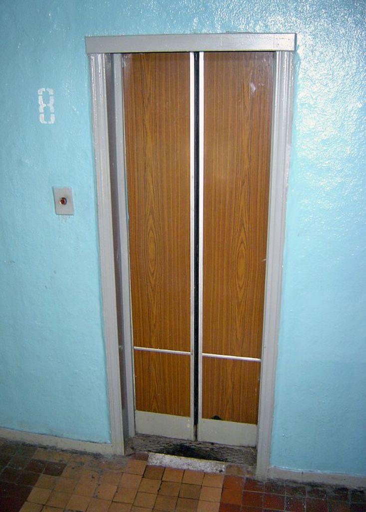 В Симферополе жителей просят отказаться от использования лифтов