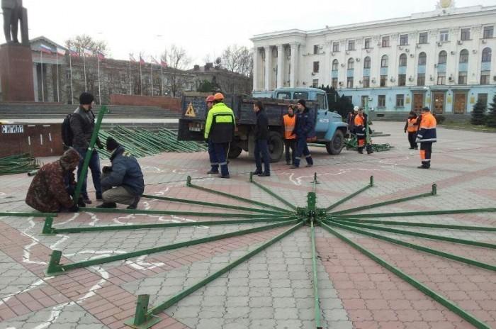 В Симферополе на центральной площади начали устанавливать елку