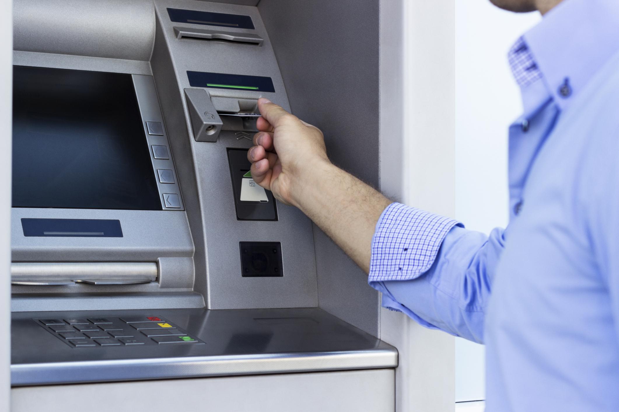 Евпаторийцы устраивают огромные очереди у банкоматов