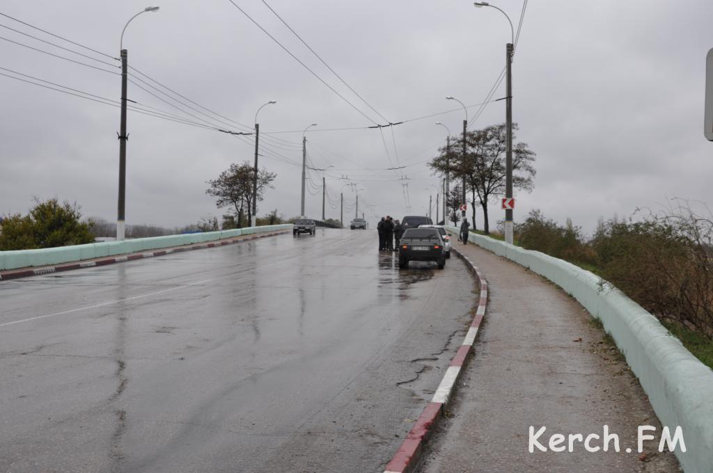 В Керчи по автомобильному мосту пошли трещины