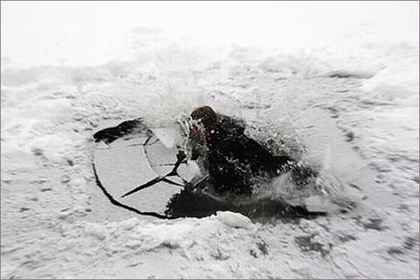 Симферопольские спасатели вызволили девушку из ледяного плена