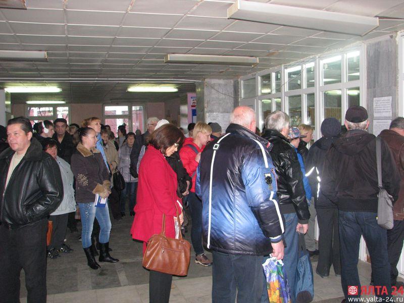 В ялтинской поликлинике пациенты выстраиваются в огромные очереди