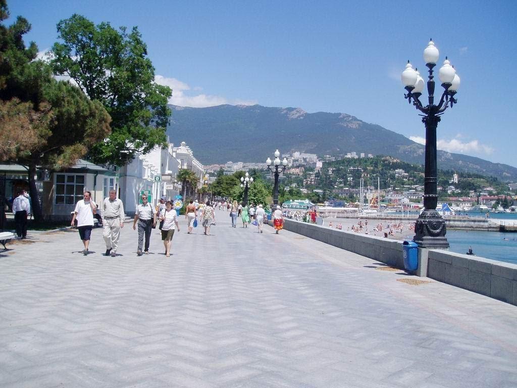 На ялтинской набережной обещают установить новые скамейки