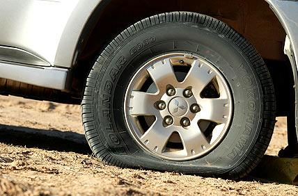 В Симферополе неизвестные хулиганы испортили колеса у 13 автомобилей