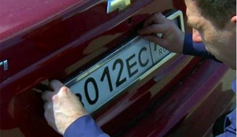 Крымчанам не советуют связываться с посредниками при переоформлении номеров