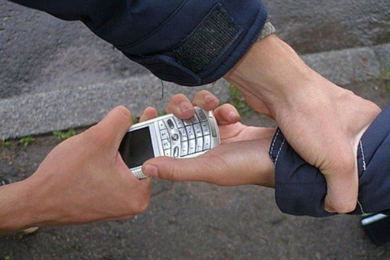 В Севастополе местный житель отобрал у прохожего мобильный телефон