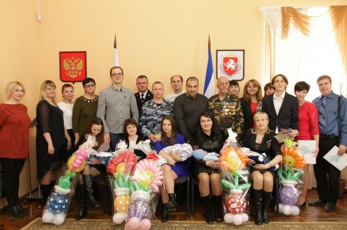 Крымским новорожденным на 23 февраля подарили повестки в армию