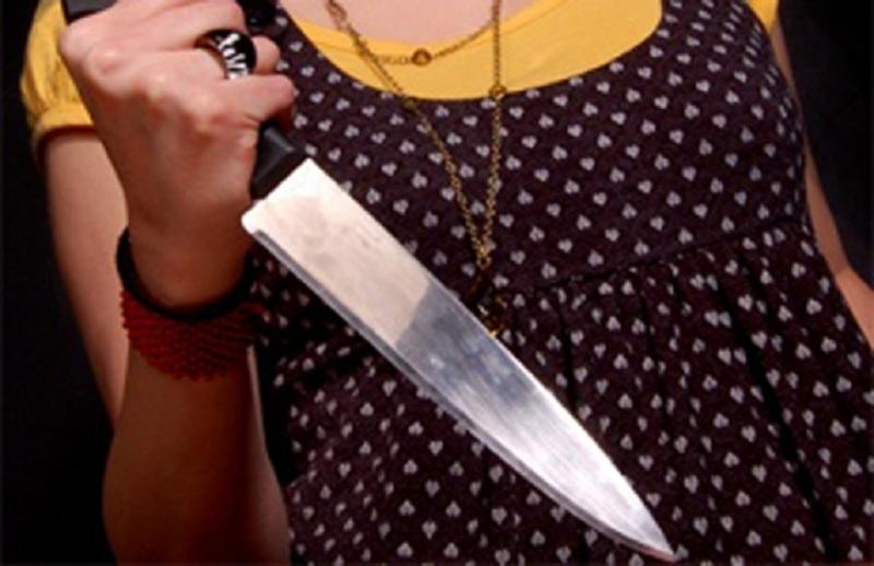 В Симферополе женщина бросилась с ножом на случайного прохожего