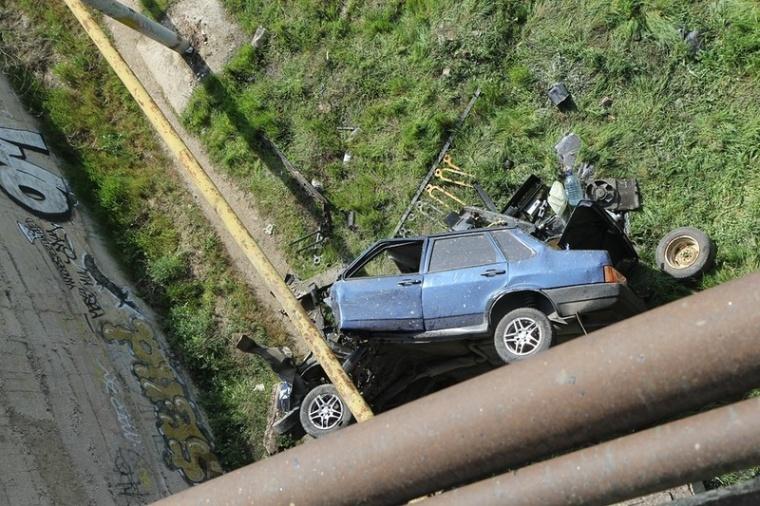 Серьезное ДТП в Керчи: автомобиль упал с моста