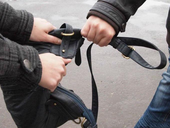 В Феодосии местный житель украл у женщины сумку с продуктами
