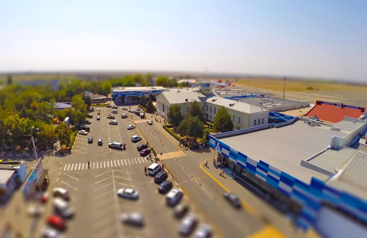 Крымских автомобилистов попросили отказаться от парковки на привокзальной площади в симферопольском аэропорту