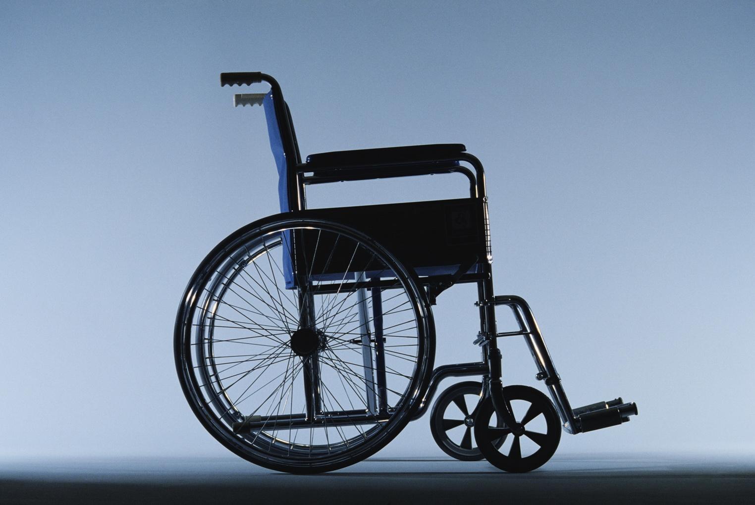 Симферопольских чиновников заставили проехаться в инвалидных колясках по городских улицам