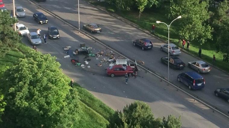 Серьезная авария в Симферополе: по дороге рассыпались все продукты